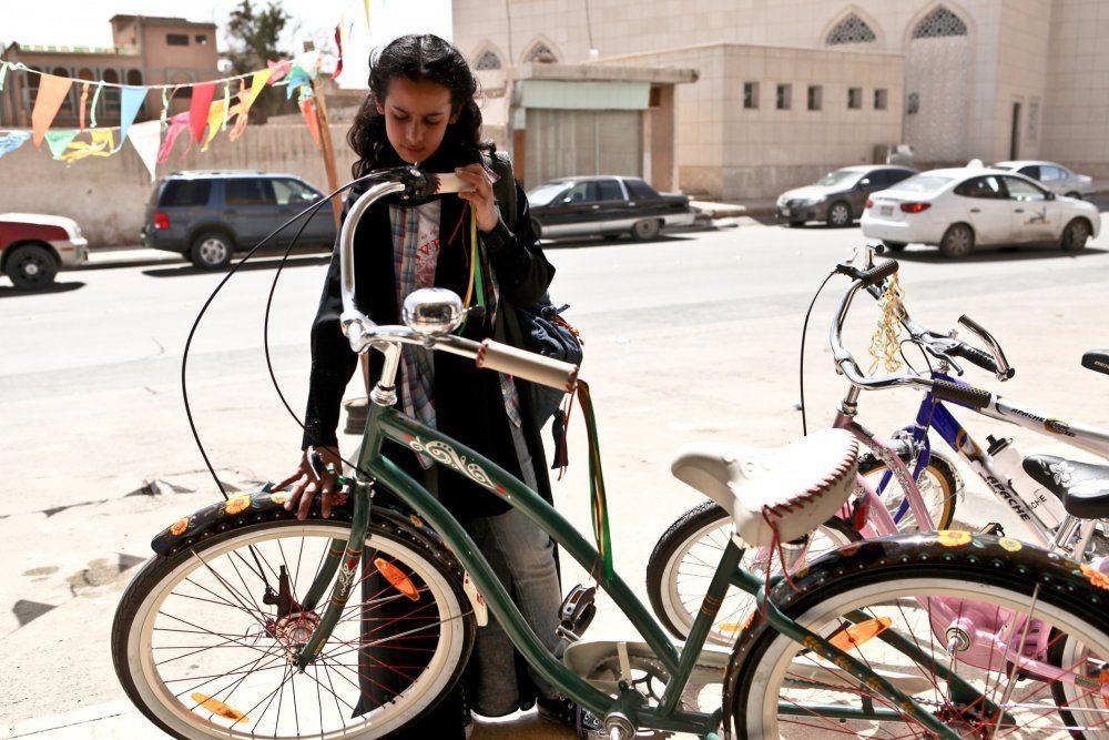 UPP wadjda-2012-001-wadjda-with-bicycle